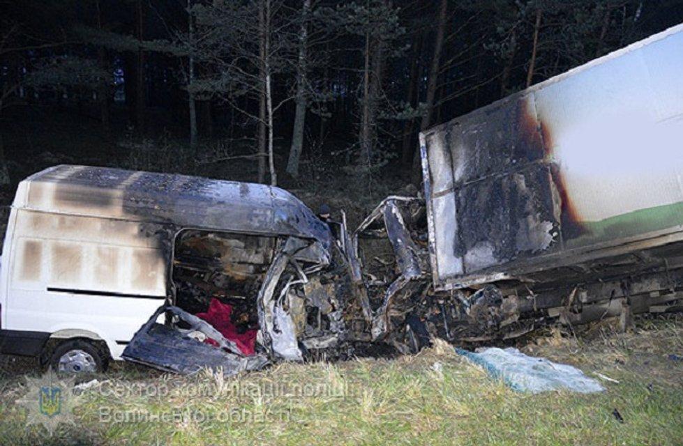 В Волынской области микроавтобус врезался в грузовик и загорелся: погибли отец и сын - фото 41694