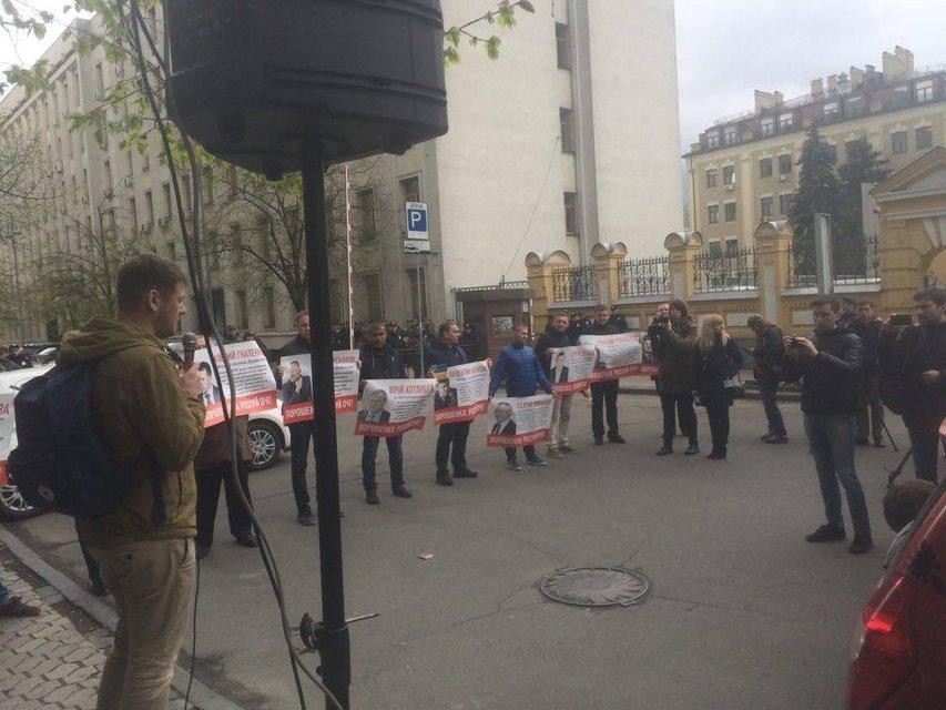 Порошенко, открой глаза. Под АП жители Донбасса требуют наказать местных сепаратистов - фото 42490