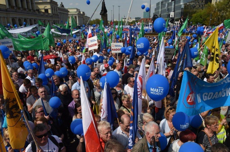 """В Варшаве десятки тысяч людей вышли на антиправительственный """"Марш свободы"""" - фото 45366"""