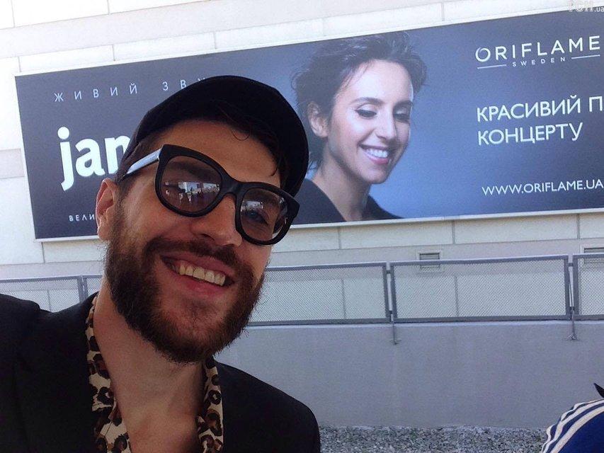 Пранкер, обнаживший зад на Евровидении-2017, сделал селфи с Джамалой - фото 47464