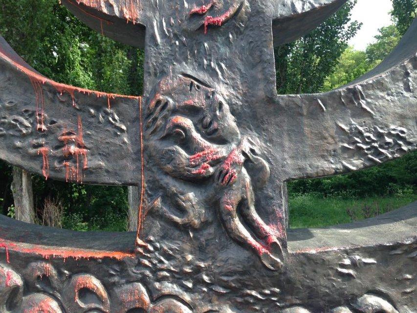 В Бабьем Яру неизвестные осквернили памятник жертв Холокоста - фото 48126