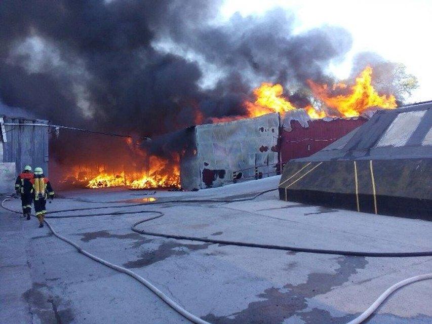 Масштабный пожар под Киевом, горят склады суконной фабрики - фото 46637