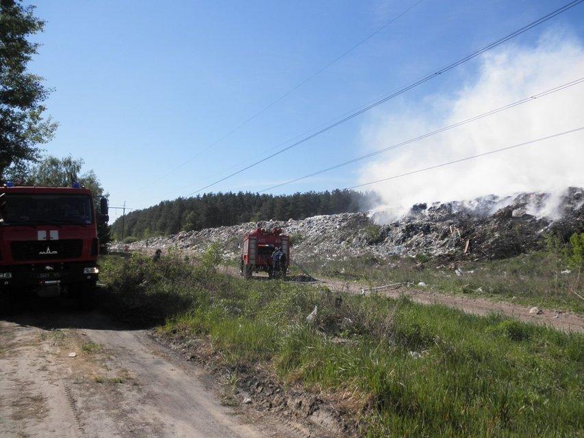 Спасатели не могут потушить пожар на свалке под Киевом - фото 46982