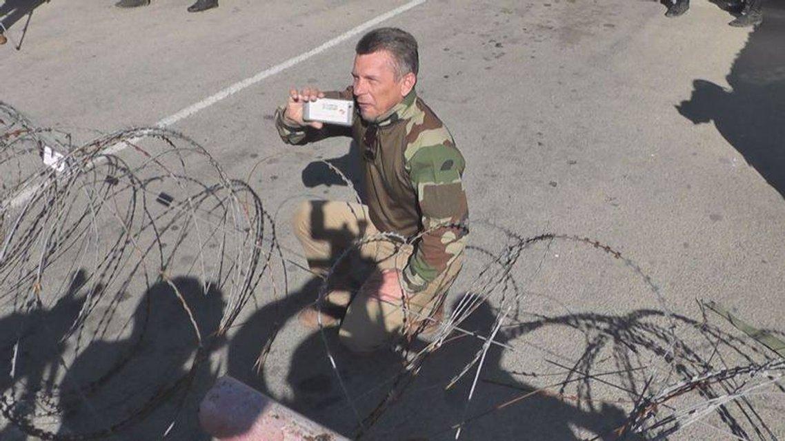Известному пропагандисту пришлось стоять на коленях на админгранице с Крымом - фото 47209