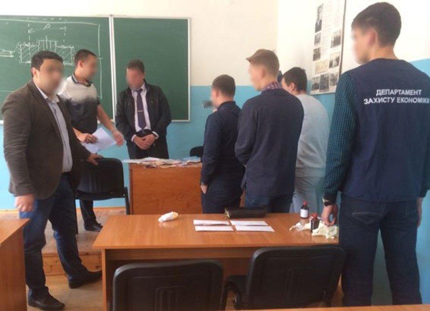 В Запорожье студенты сдали полиции доцента-взяточника - фото 46262