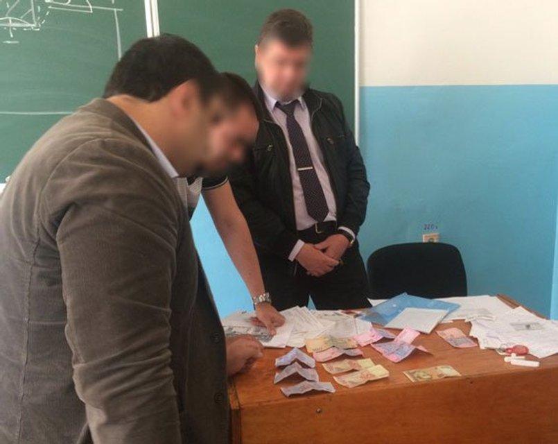В Запорожье студенты сдали полиции доцента-взяточника - фото 46263