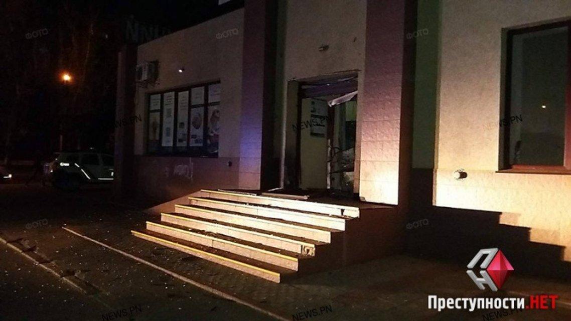 Неизвестные взорвали отделение банка в центре Николаева - фото 45913