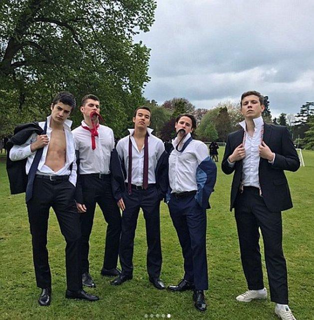 Младший сын Порошенко обнажил торс на выпускной фотосъемке - фото 45148