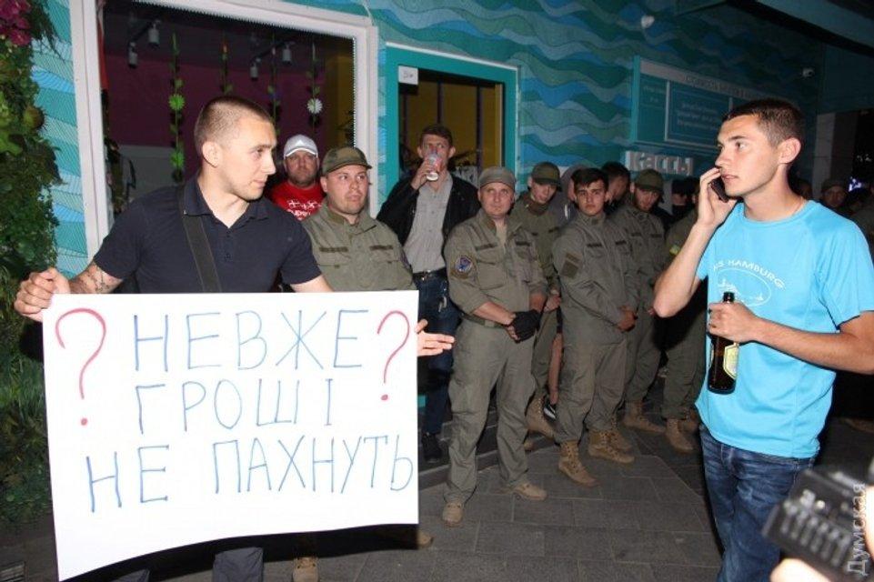 Протесты и потасовки. В Одессе отменили концерт Лободы - фото 48597