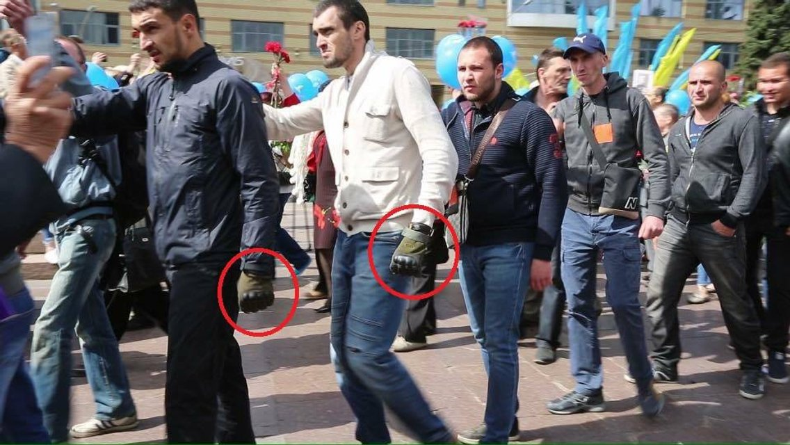 В сети появилась запись избиения ветеранов АТО титушками и полицейскими в Днепре - фото 45727