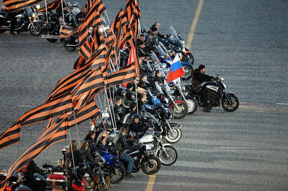 Путинская гвардия активно насаждает культ - фото 45617