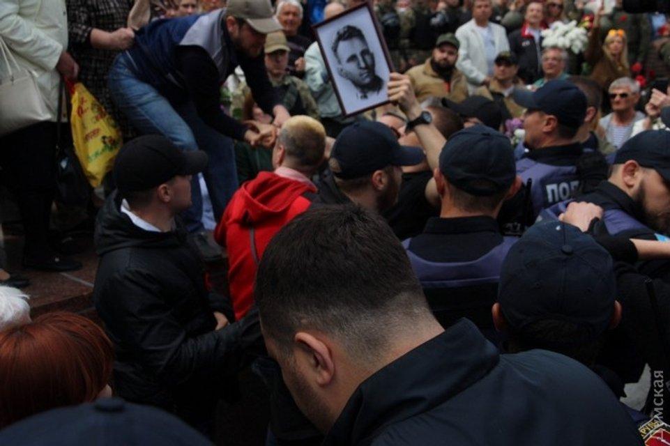 Не обошлось без Одессы. Потасовки, портрет Шухевича и 15 задержанных (фото) - фото 45666