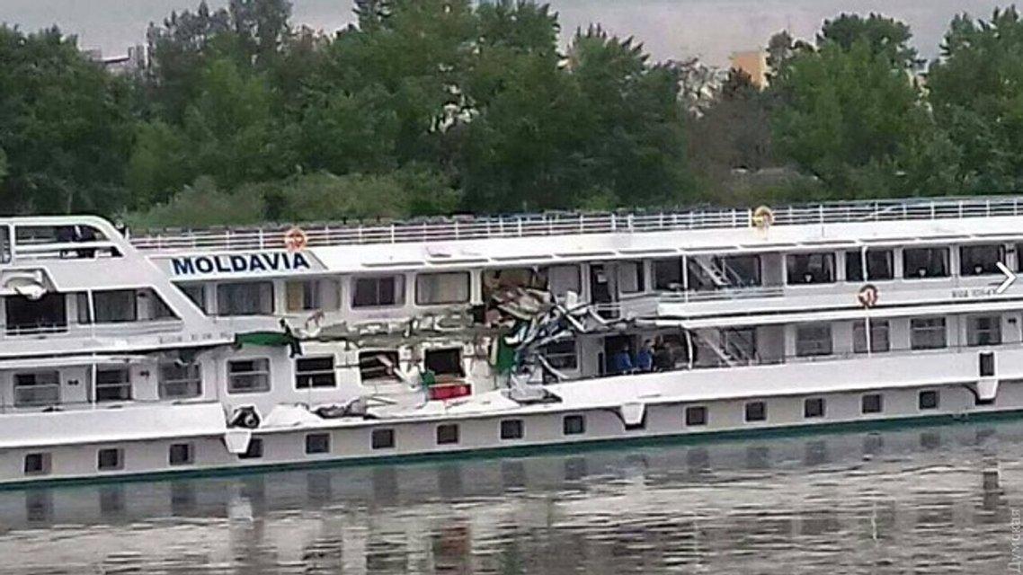 На Дунае столкнулись украинские баржа и пассажирский теплоход - фото 45351