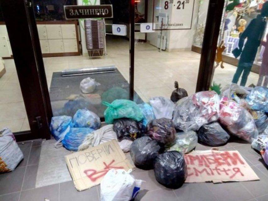 """""""Верни ВК"""". Львовяне принесли мусор под магазин Roshen - фото 47092"""