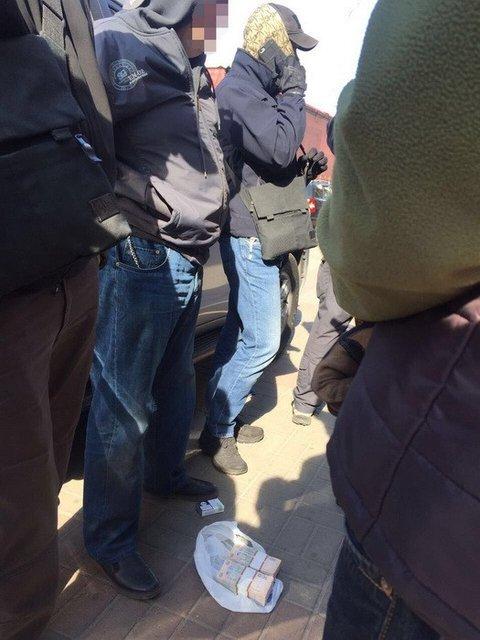 Начальник отдела ГФС в Киевской области попался на взятке в 400 тысяч гривен - фото 46348