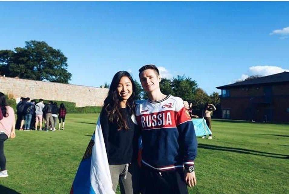 """В сети обсуждают фото сына Порошенко в футболке с надписью """"Russia"""" - фото 45201"""