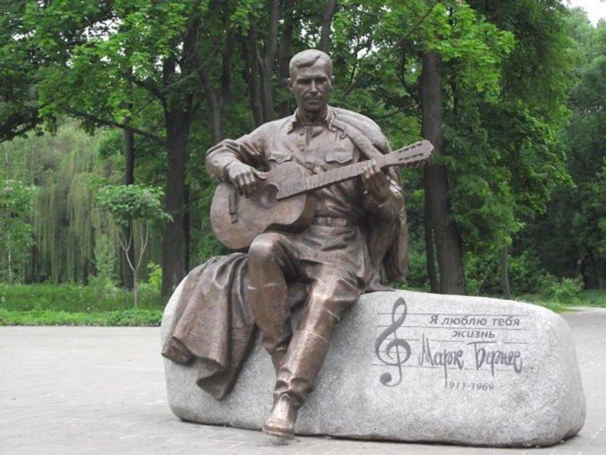 В Нежине украли памятник известному советскому певцу - фото 44804