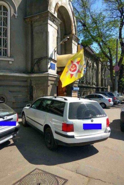 В Одессе задержали иностранный автомобиль с советской символикой - фото 45562