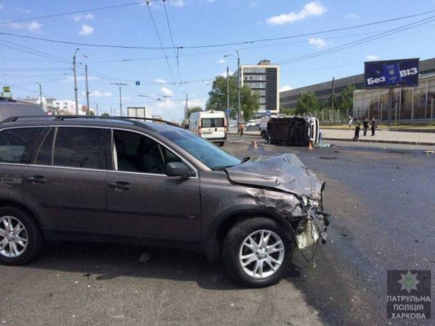 """В Харькове """"скорая"""" попадала в ДТП, есть пострадавшие - фото 50229"""