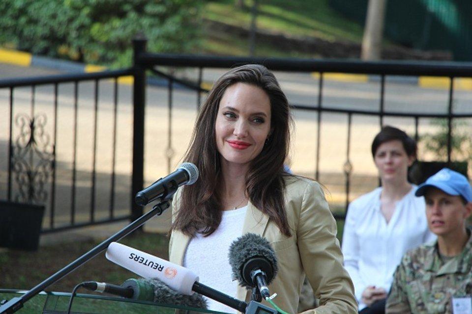 Джоли прилетела в Кению - фото 52899