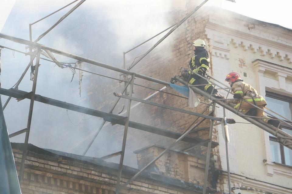Спасатели потушили пожар на Крещатике - фото 52731
