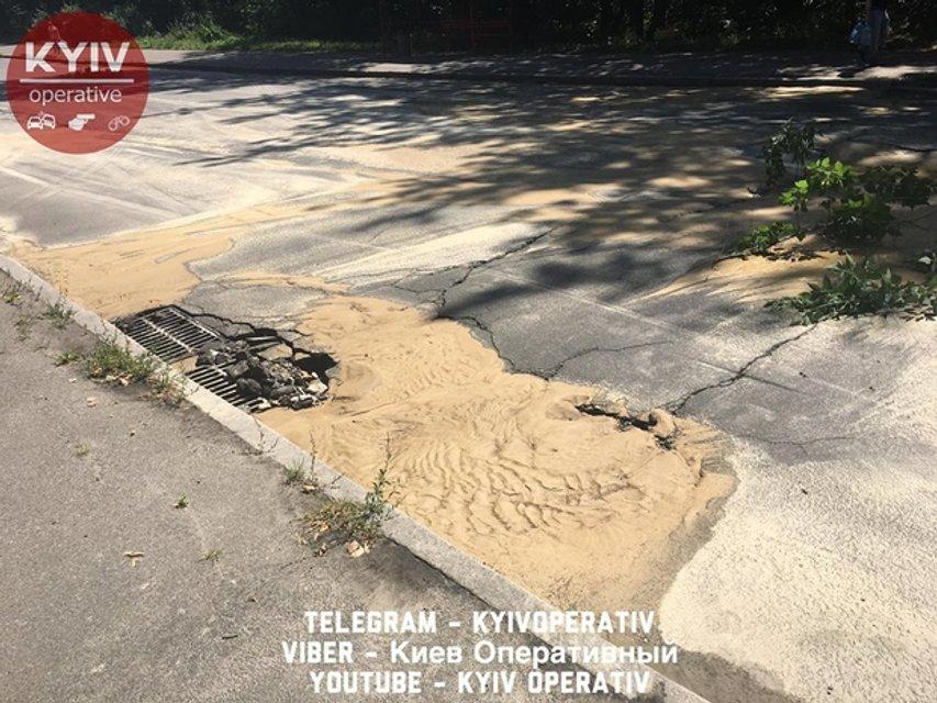 Масштабный прорыв водопровода в Киеве. Целый микрорайон остался без воды - фото 52273