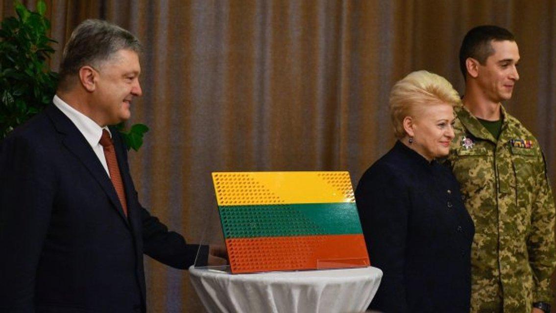 Украинские бойцы сделали необычный подарок Президенту Литвы - фото 50854