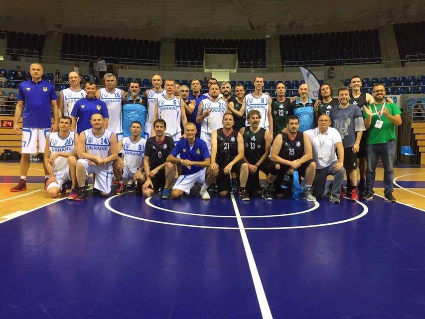 Юрий Колобов - в первом ряду в синей футболке - фото 51413