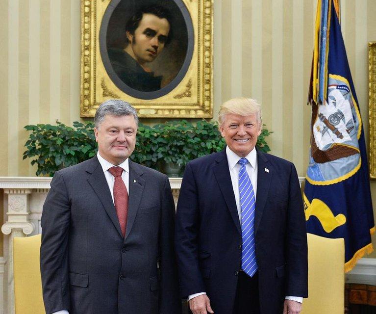 Фото или полноценная встреча? Что в соцсетях пишут про общение Порошенко и Трампа - фото 52896