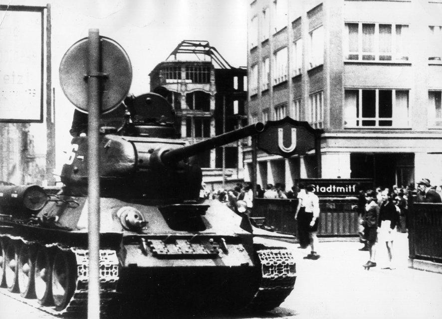 Советские танки на улицах Берлина. Июнь 1953 - фото 52120