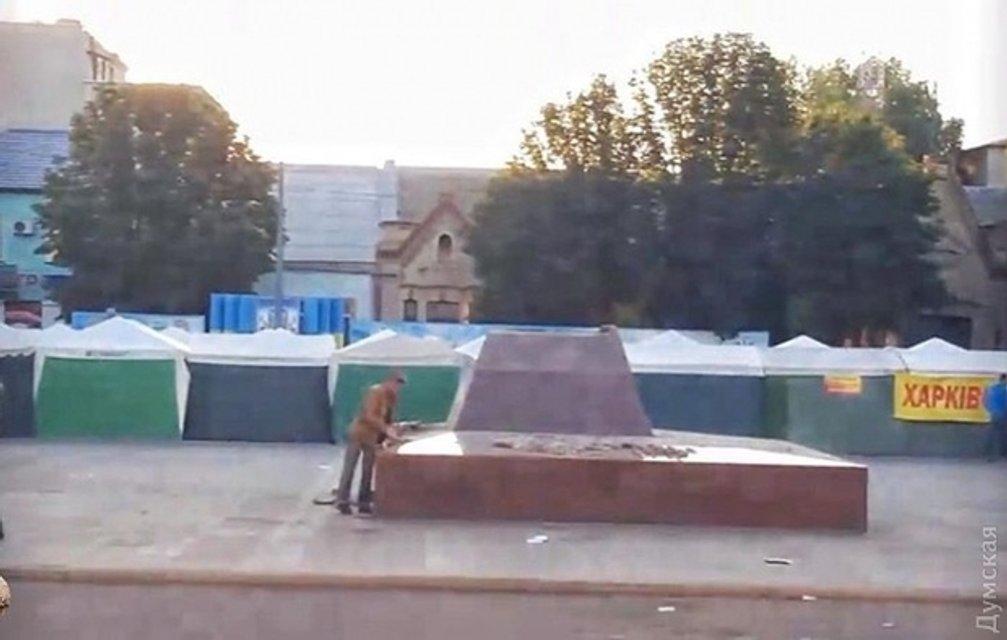 Декоммунизация: Под Одессой снесли памятник известному большевику - фото 50978