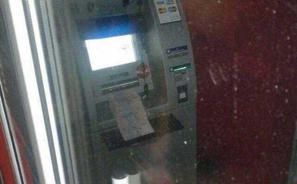 Мужчина взломал банкомат и заставил его сыпать деньгами - фото 52640