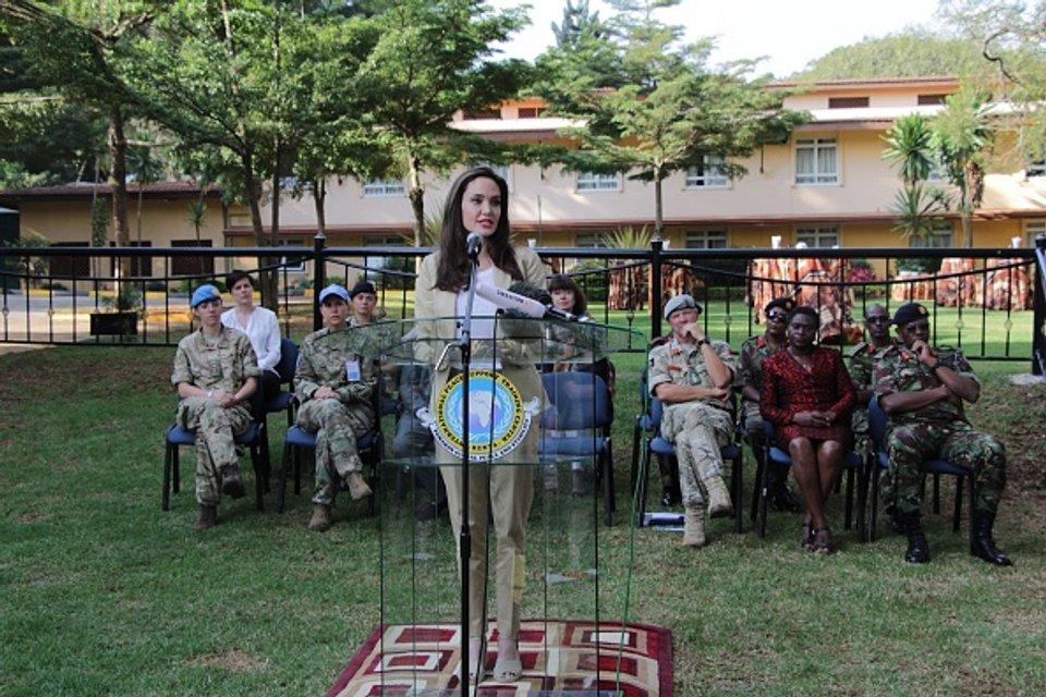 Джоли прилетела в Кению - фото 52898