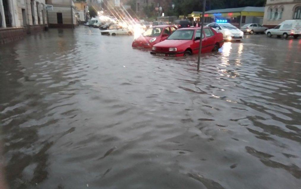 В Черновцах затопило центр города и ж/д вокзал - фото 50471