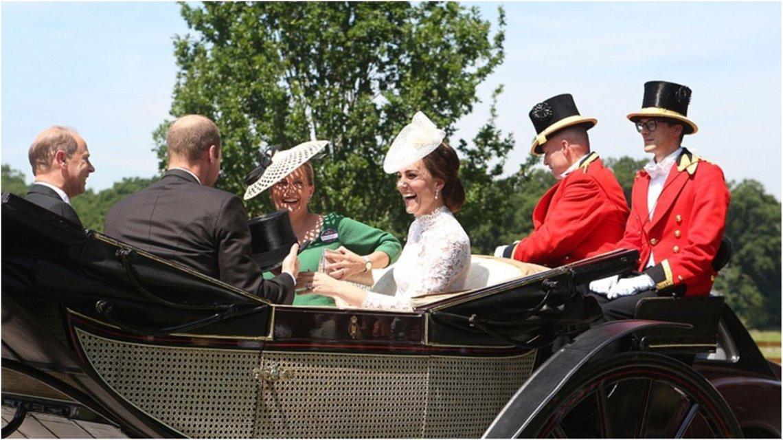 Королевский конфуз: на Кейт Миддлтон свалилась графиня Софи - фото 52840