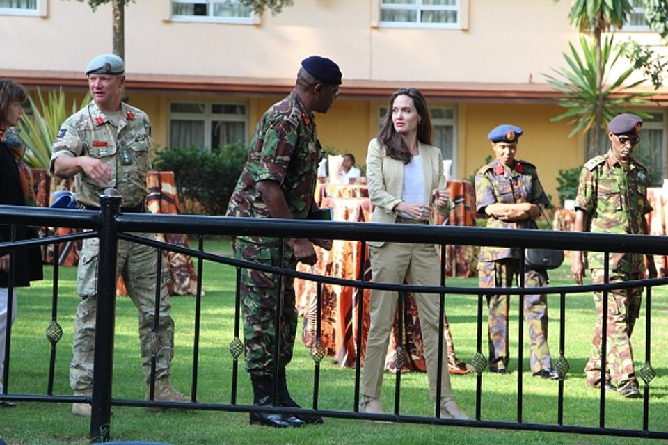 Джоли прилетела в Кению - фото 52897