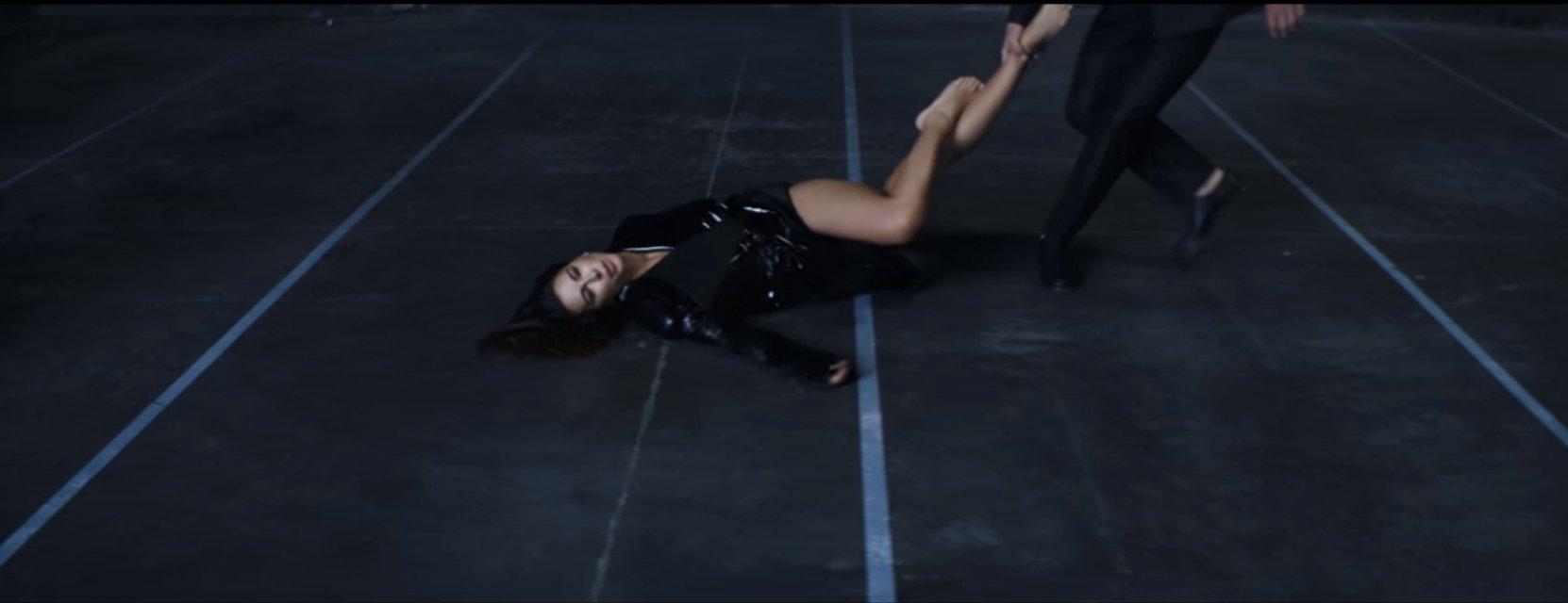 Бадоев представил Ани Лорак в бдсм-плаще и заплаканной в новом клипе - фото 51950