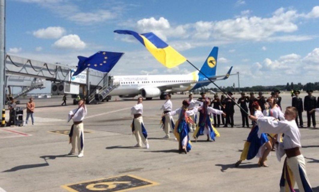 В одном из киевских аэропортов ярко празднуют безвиз в Украине - фото 50965