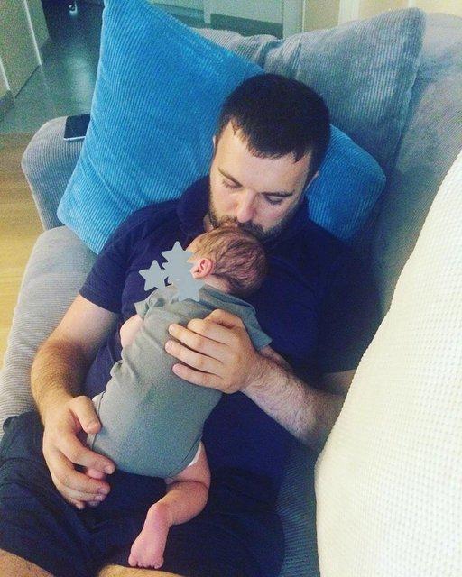 Григорий с новорожденным сыном - фото 54357