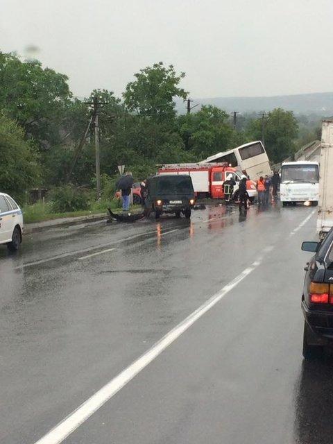 На Ивано-Франковщине масштабное ДТП с участием автобуса, есть погибшие - фото 50404