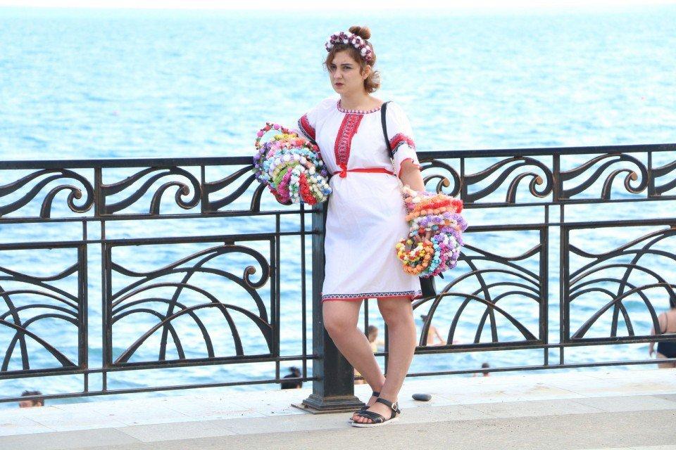 В оккупированном Крыму девушка в вышиванке продает веночки - фото 51872