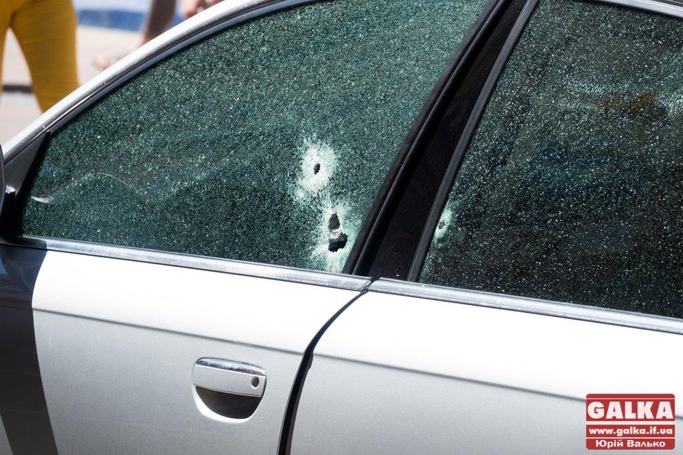 В центре Ивано-Франковска неизвестный расстрелял автомобиль - фото 62127