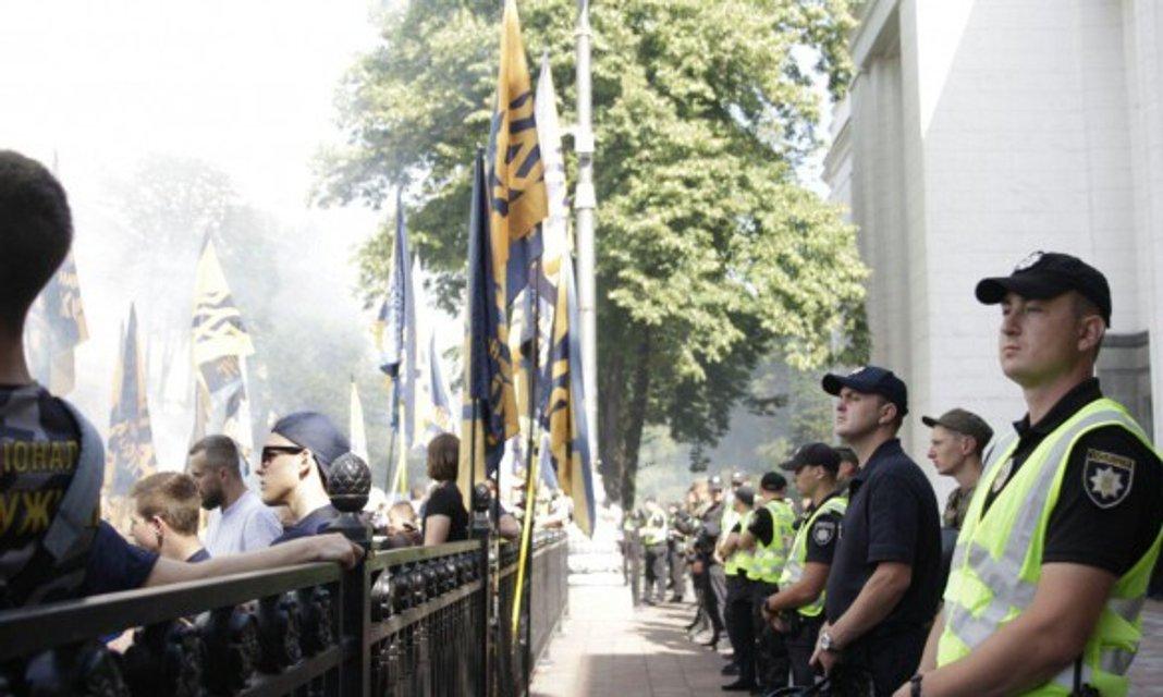 Для безопасности под Раду пригнали полицию - фото 57562