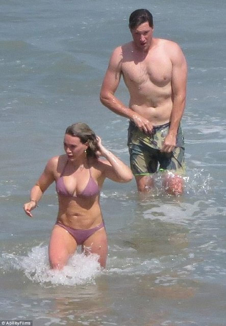 Хилари Дафф и Эли Сандвик на пляже Малибу - фото 56986