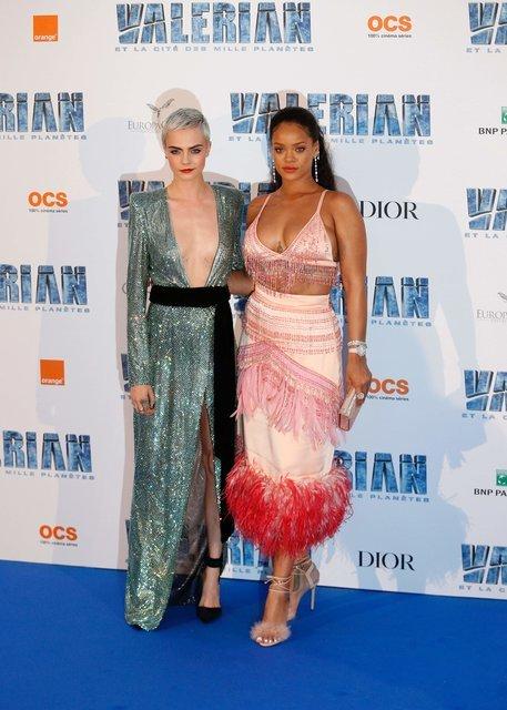 Кара Делевинь и Рианна похвастались откровенными нарядами - фото 60880