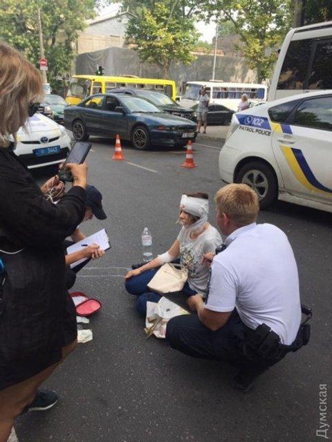 Одесские полицейские на огромной скорости снесли женщину - фото 61699