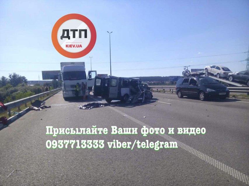 Под Киевом микроавтобус влетел в фуру, есть погибшие - фото 62229