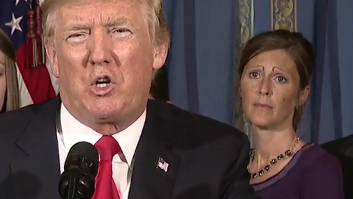 Незнакомка с бровями затмила Трампа в Белом доме - фото 60580