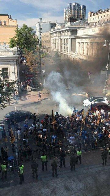 Протестующие под Радой перекрыли движение - фото 57577