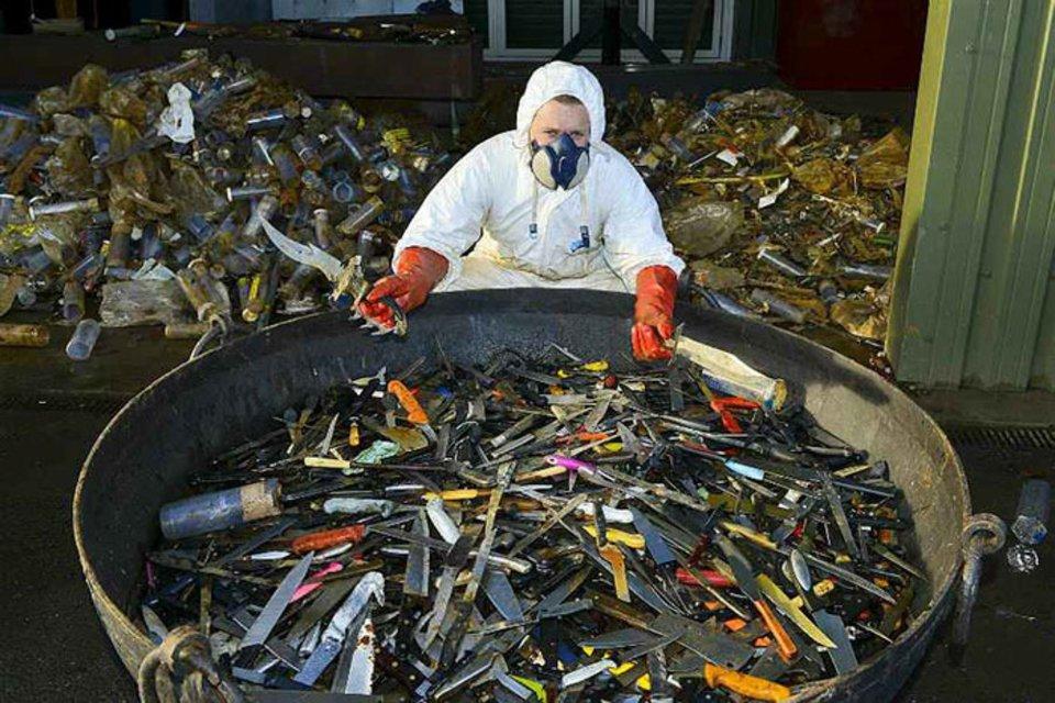 100 тысяч ножей скульптор собрал в качестве пожертвований для своей работы - фото 61969